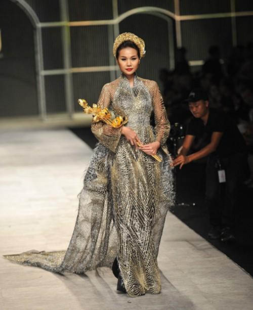 Nữ giám khảo của Vietnams Next Top Model trông đầy quyền lực và kiêu sa khi sải bước trên sàn diễn.