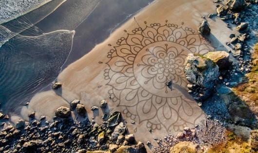 Những bức tranh khổng lồ mê hoặc trên cát