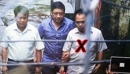 Thiếu tướng Nguyễn Đức Chung, Giám đốc CATP Hà Nội cùng cán bộ Công an Hà Nội trực tiếp đưa đối tượng Bình (x) về CQĐT.