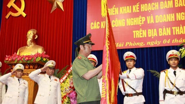 Thượng tướng Đặng Văn Hiếu, Ủy viên TW Đảng, Thứ trưởng thường trực BCA gắn Huân chương Quân công hạng 3 lên lá cờ truyền thống của CA TP Hải Phòng