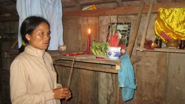 Chị Đinh Thị Hải trước bàn thờ của chồng.