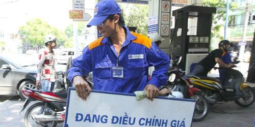 Tăng sốc 2.000 đồng/lít xăng: Cần làm rõ sự kêu lỗ của doanh nghiệp
