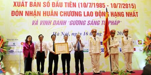 Ban Biên tập Báo Pháp luật Việt Nam, đại diện cán bộ, phóng viên, nhân viên Báo Pháp luật Việt Nam, đón nhận Huân chương Lao động hạng Nhất do Chủ tịch nước trao tặng.