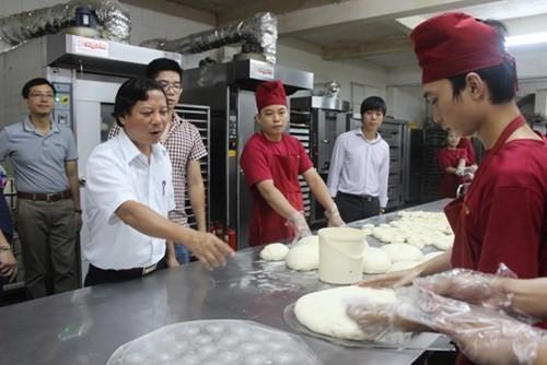 Đoàn kiểm tra cả khâu vệ sinh bàn tay của công nhân sản xuất bánh