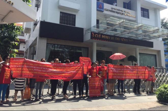 Những người mua căn hộ tại dự án PetroVietnam Landmark tụ tập đòi giải quyết quyền lợi Ảnh: Hải Yến