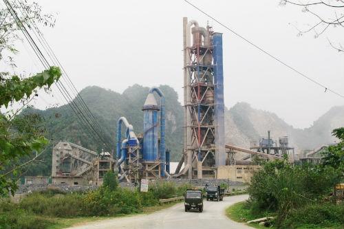 Nhà máy xi măng Hồng Phong hoạt động ngày đêm nhả khói bụi gây ô nhiễm môi trường nghiêm trọng.