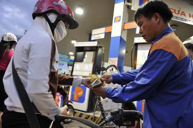 Giá xăng xuống thấp kỷ lục, giảm gần 600đ/lít