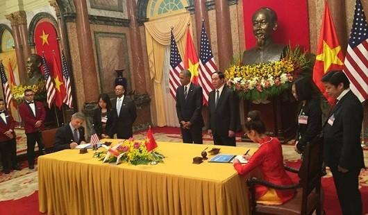 Lễ ký thỏa thuận mua bán giữa Tổng giám đốc kiêm CEO Vietjet Nguyễn Thị Phương Thảo và Tổng giám đốc kiêm CEO BoeingRay Conner diễn ra tại Phủ Chủ tịch.