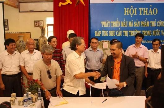 Ông Tôn Gia Hóa- Phó Chủ tịch HH Làng nghề Việt Nam (áo trắng) và Ông Nguyễn Hữu Tiến – Đại diện Công ty Thiên rồng việt.