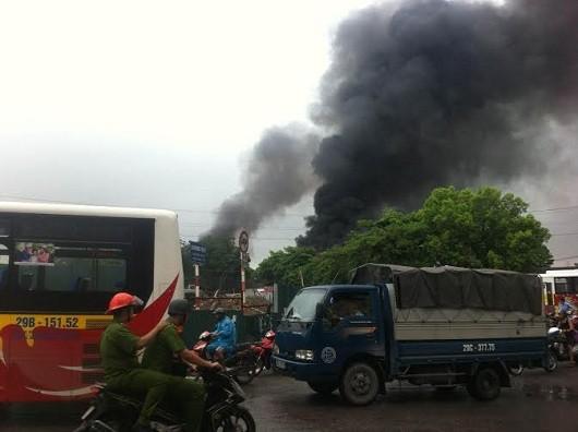 Hà Nội: Cháy xe bồn chở xăng tại khu vực Chợ đầu mối Đền Lừ