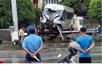 Quảng Ninh: Ôtô mất lái, leo lên dải phân cách 8 người nhập viện