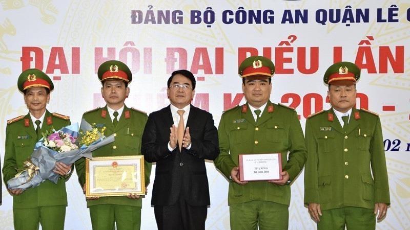 Phó Chủ tịch UBND thành phố Lê Khắc Nam trao thưởng cho Ban chuyên án 202M.