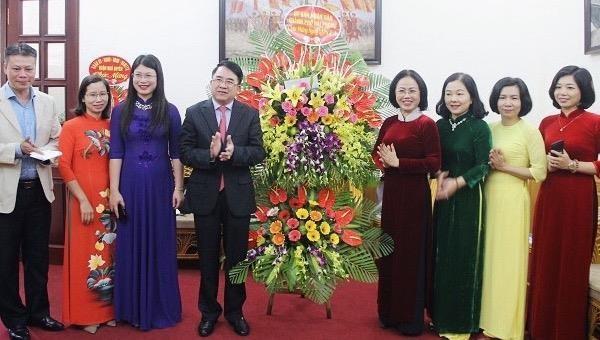 Phó Chủ tịch UBND TP Lê Khắc Nam tặng hoa chúc mừng Hội Liên hiệp Phụ nữ TP.Hải Phòng.