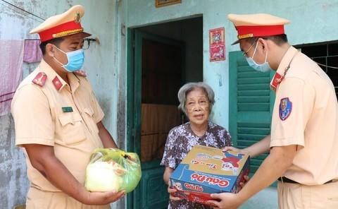 Công an TP HCM trao quà cho người nghèo bị ảnh hưởng dịch Covid-19