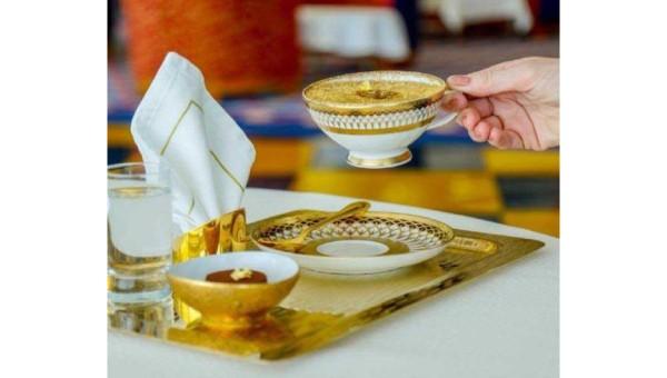 Ly cà phê phủ vàng 24k tại khách sạn 7 sao xa xỉ nhất thế giới ở Dubai