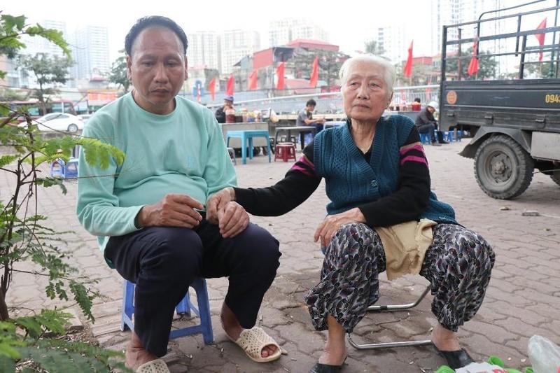 Cuộc sống khốn khổ giữa lòng Thủ đô: Mẹ già 76 tuổi nuôi con trai điên dại