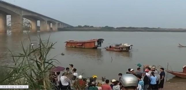 Cận cảnh tìm kiếm thi thể bị bác sĩ ném xuống sông