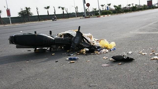 Ô tô nghiền nát đầu xe máy, một người nguy kịch