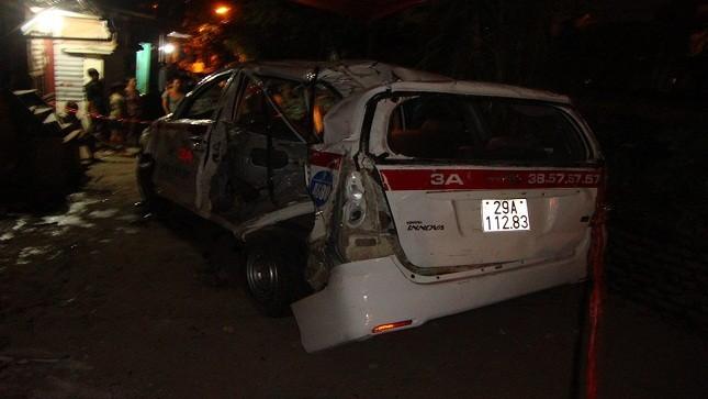 Tài xế taxi vượt ẩu, 9 người bị tàu hỏa đâm