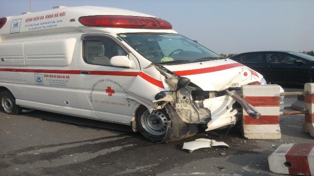 Mất lái, xe cứu thương tông nát dải phân cách