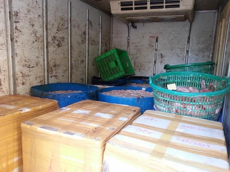Bắt giữ xe khách chở nội tạng trâu bò bẩn qua Hà Nội