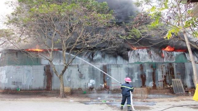 Kho hàng mỹ phẩm phát hỏa giữa thủ đô