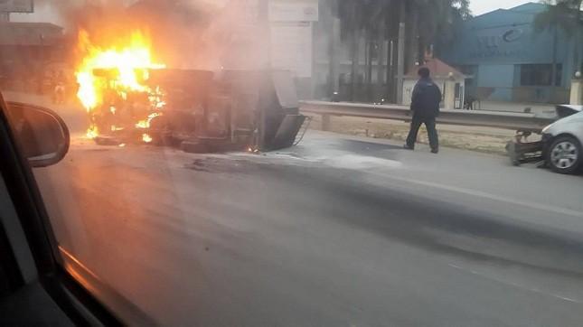Đấu đầu xe taxi, xe tải phát hỏa