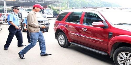 Thanh tra giao thông kiểm tra một chiếc taxi Uber tại khu vực đường Lê Hồng Phong, quận 5. Ảnh: Nguồn Internet