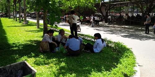 Bữa cơm đạm bạc giữa trời nắng gay gắt của sỹ tử Hà Nội