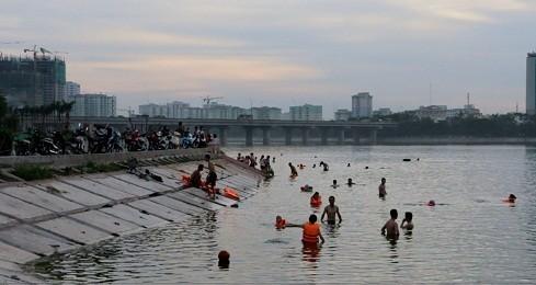 """Hồ Linh Đàm """"biến"""" thành bể bơi ngày nắng nóng"""