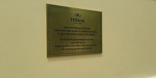 """Biển cảnh báo ở khách sạn Hilton """"đánh đố"""" khách hàng?"""