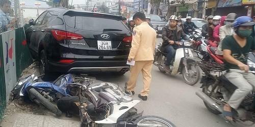 """""""Xe điên"""" gây tai nạn trên phố Hà Nội"""