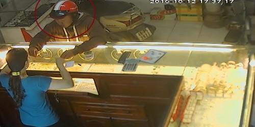 Tên cướp táo tợn cướp dây chuyền từ tay chủ tiệm vàng