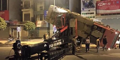 Xe cẩu đổ sập chắn ngang đường Nguyễn Xiển, Hà Nội