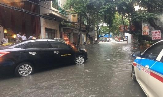 Mưa lớn, xe ngã đổ chết máy, nhiều phố Hà Nội biến thành sông