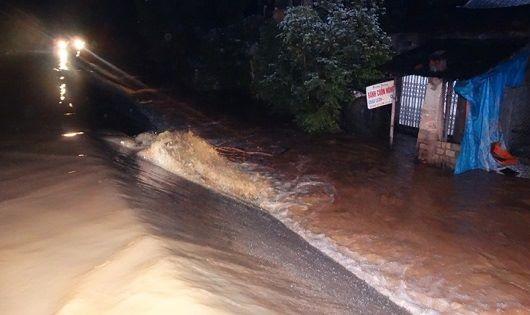 Nước tràn qua đê sông Bưởi (huyện Thạch Thành, tỉnh Thanh Hóa) vào tối 11/10. Ảnh: Bùi Oanh