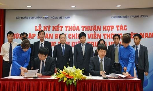đại diện VNPT và Cục Bưu điện Trung ương ký thỏa thuận hợp tác