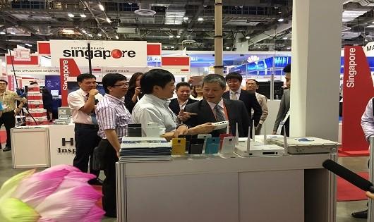 Thứ trưởng Bộ Thông tin và Truyền thông Nguyễn Thành Hưng thăm quan gian hàng của Tập đoàn VNPT