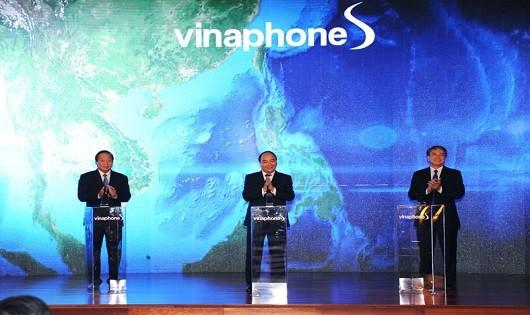 Thủ tướng Nguyễn Xuân Phúc (đứng giữa) tham gia bấm nút khai trương dịch vụ di động vệ tinh Vinaphone-S