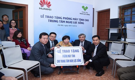 Huawei tặng phòng máy tính cho Trung tâm Nghị Lực Sống