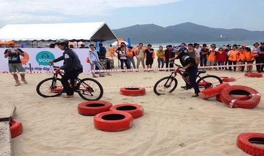 Một trong các hoạt động thu hút đông đảo sự tham gia của các bạn trẻ trên bãi biển Đà Nẵng