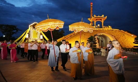 Rước anh linh các anh hùng liệt sĩ từ sông Thạch Hãn về dự lễ cầu siêu ở Thành cổ Quảng Trị