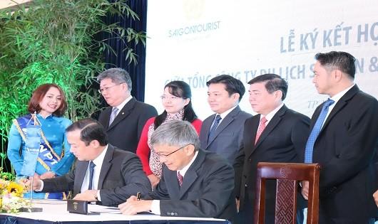 Ông Phạm Đức Long – Tổng giám đốc VNPT và ông Trần Hùng Việt - Tổng Giám đốc Saigontourist ký kết hợp tác chiến lược giữa hai doanh nghiệp