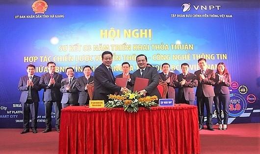 Chủ tịch UBND tỉnh Hà Giang Nguyễn Văn Sơn và Tổng Giám đốc VNPT Phạm Đức Long ký biên bản ghi nhớ về hợp tác triển khai Đô thị thông minh