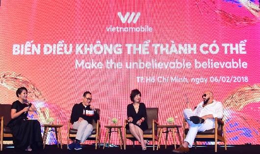 Bà Amy Lung - thành viên Hội đồng quản trị Vietnamobile - cùng đội ngũ sáng tạo lên sân khấu chia sẻ về ý tưởng và quá trình thực hiện TVC