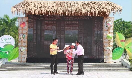 Ông Võ Minh Hiệp – Phó Tổng giám đốc NHCSXH Việt Nam – tặng sổ tiết kiệm cho bé xương thủy tinh Võ Thị Yến Nhi