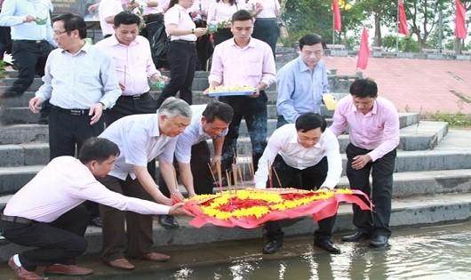 Cán bộ viên chức NHCSXH thả vòng hoa tri ân các Anh hùng liệt sĩ trên dòng sông Thạch Hãn