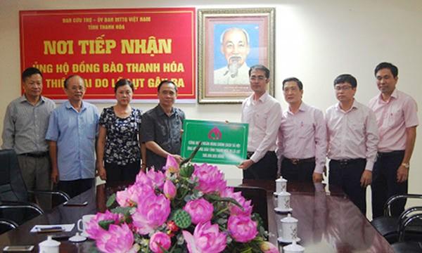 Lãnh đạo NHCSXH trao 500 triệu đồng cho đại diện MTTQ tỉnh Thanh Hóa nhằm ủng hộ người dân khắc phục hậu quả mưa lũ