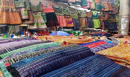 Chợ Bắc Hà ngập tràn sắc mầu thổ cẩm đặc trưng của địa phương.