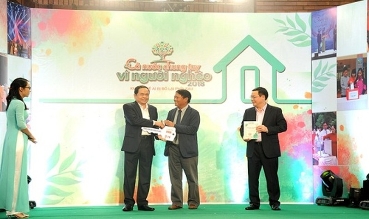 Phó Thủ tướng Vương Đình Huệ và Chủ tịch UBTƯ MTTQ Việt Nam Trần Thanh Mẫn tiếp nhận ủng hộ và trao Kỷ niệm chương cho Phó tổng Giám đốc Tập đoàn VNPT Lương Mạnh Hoàng.
